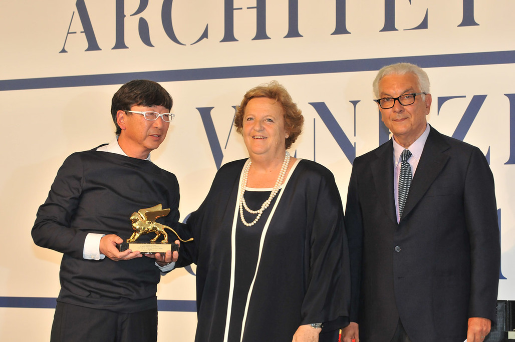 Golden Lion for the Japanese Pavilion in the category Best National Participation (from left): Toyo Ito, Commissioner; Annamaria Cancellieri, Minister of the Interior; Paolo Baratta, President of la Biennale di Venezia (Photo: Giorgio Zucchiatti)