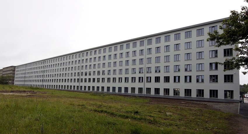 The façade of the 152-meter section housing the hostel has been painted white, contrasting with the flaking, brownish-grey concrete of the rest of the flat-roofed, six-story structure that hugs the coastline in eight blocks measuring half a kilometer each in length. Only a thin screen of trees separates it from the sandy beach. All the rooms in the hostel face the sea.