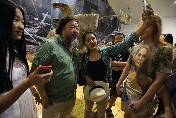 Selfie time with the infamous dissident artist. (Photo: © Oak Taylor-Smith, 2015; courtesy of the artist and Galleria Continua, San Gimignano/Beijing/Les Moulins; Image via theartnewspaper.com)
