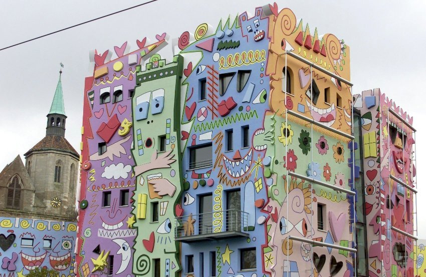 """The """"Happy Rizzi Haus"""" in the German city of Braunschweig was designed by American artist James Rizzi in the late 1990s. """"I feel sorry for the people who work there or have to look at it every day,"""" says Fröbe."""