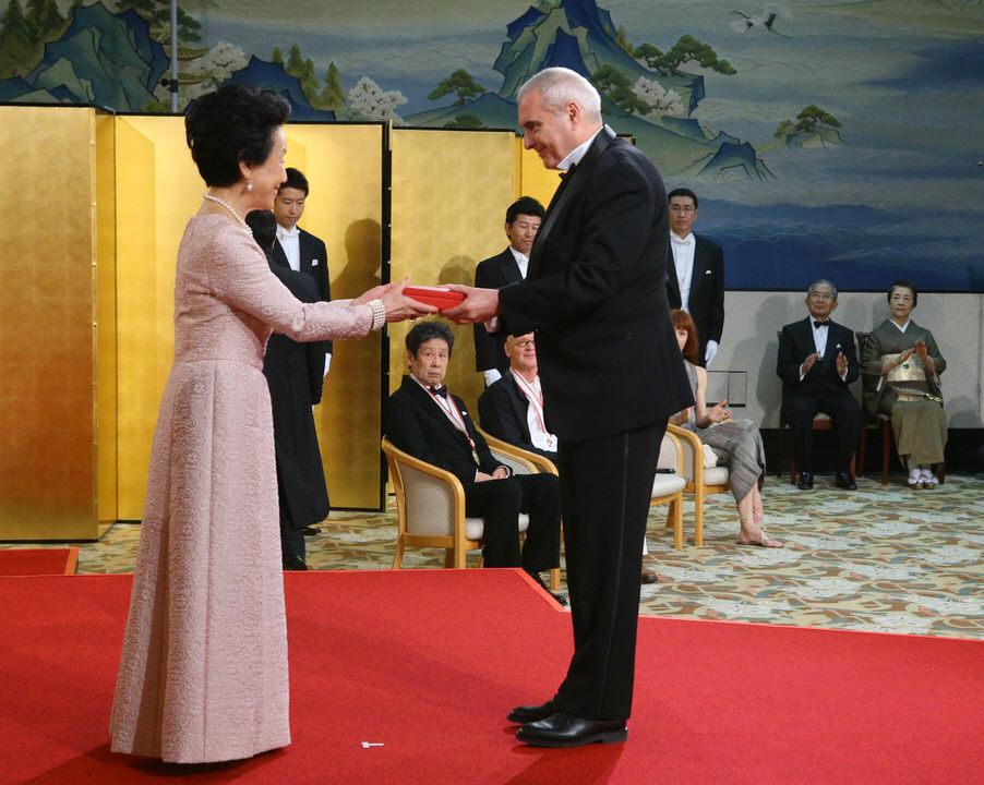 Dominique Perrault receives the Praemium Imperiale from Princess Hitachi. Photo © The Japan Art Association/The Sankei Shimbun.