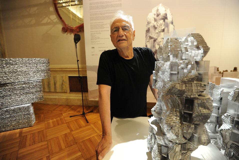 Monsieur Gehry avec ses modèles du Parc des Ateliers. Image via wikimedia.org