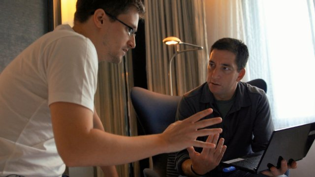 Still of Glenn Greenwald and Edward Snowden in Citizenfour (2014, RADiUS-TWC)