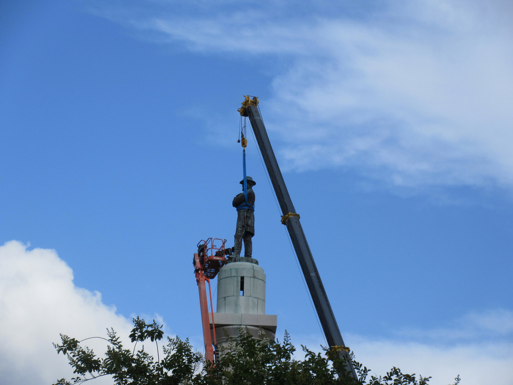 Robert E Lee statue at Lee Circle New Orleans being removed. Photo via flickr.