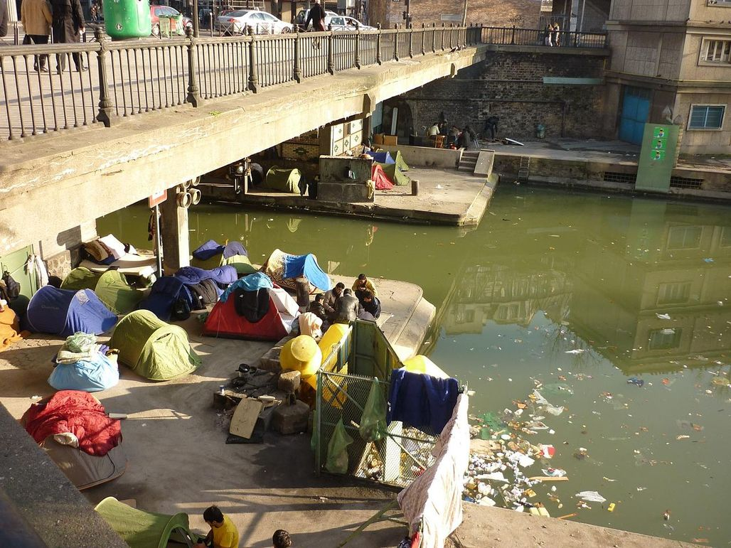 A photo from 2010 of an informal Afghan refugee encampment on the Canal Saint Martin in Paris. Image via wikimedia.org