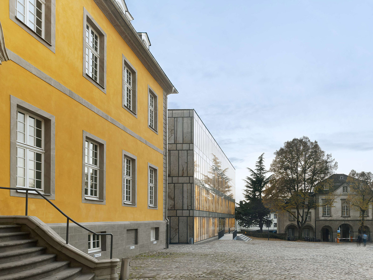 View from the courtyard with side wing and library (Photo: Stefan Müller)