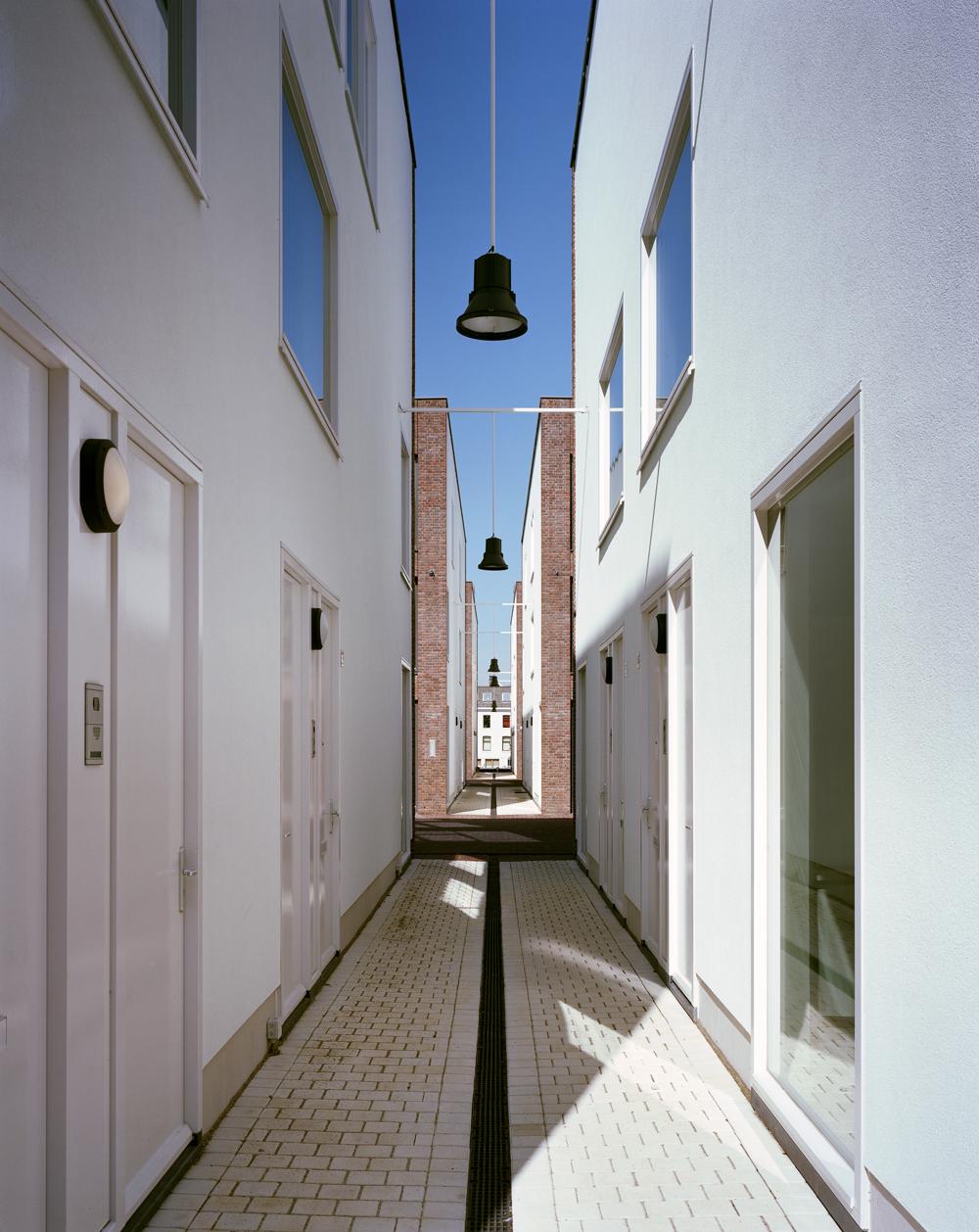 bright white alley facades (photo: Ruben Dario Kleimeer)