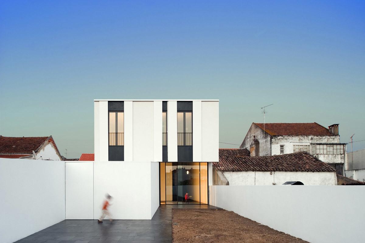 Jarego House in Cartaxo, Portugal by cvdb arquitectos (Photo: FG + SG Fernando Guerra e Sérgio Guerra)