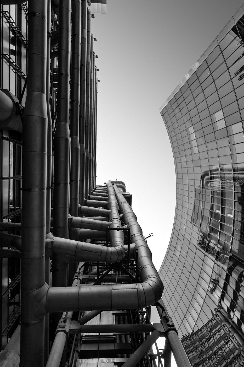 (left) Lloyd's building, London. Architect: Richard Rogers. (right) Willis Building, London. Architect: Norman Foster. © Edward Neumann / EMCN