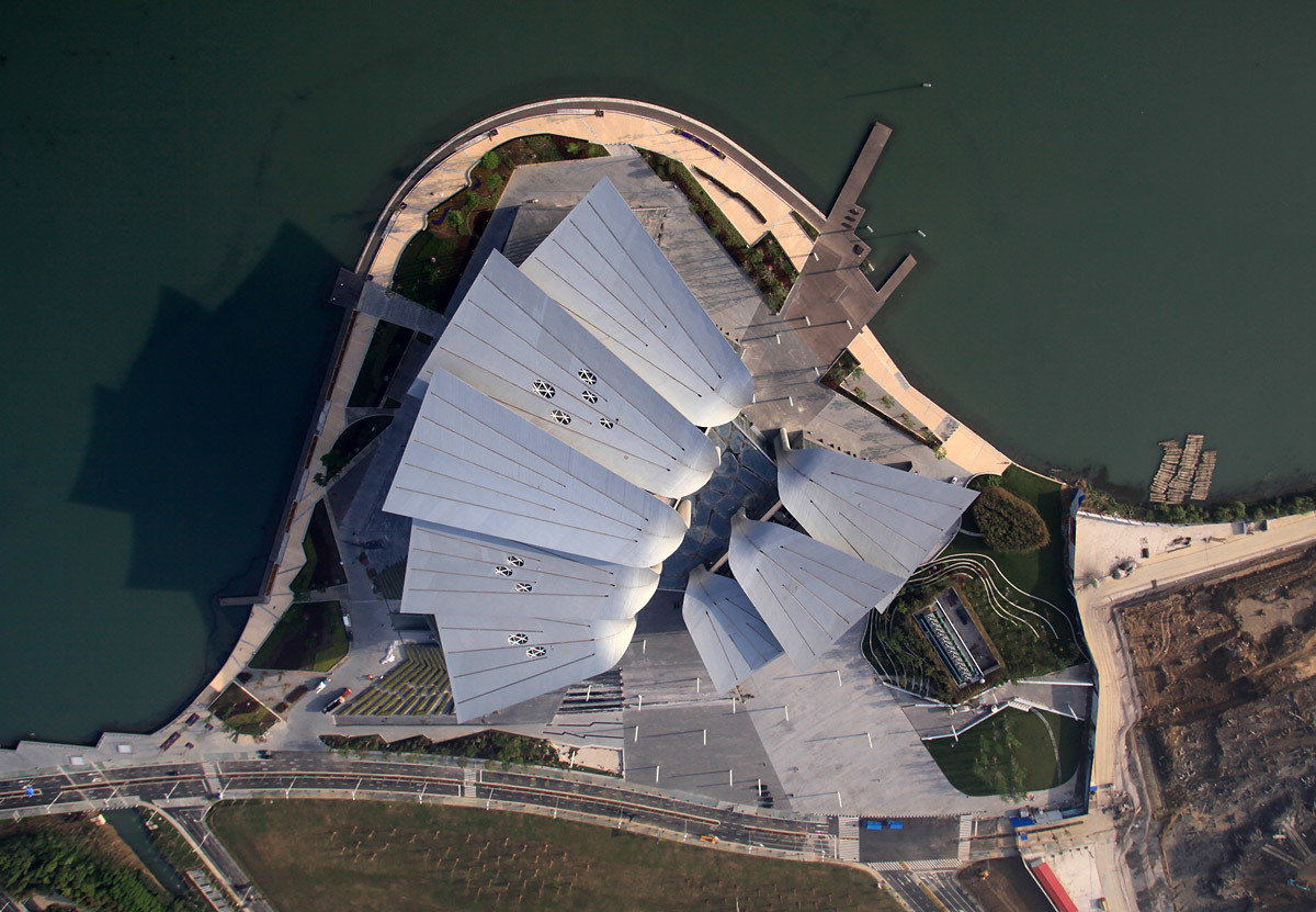 View from top showing the Wuli Lake surrounding the building and the landscaping on the man-made peninsula (Photo: Pan Weijun)