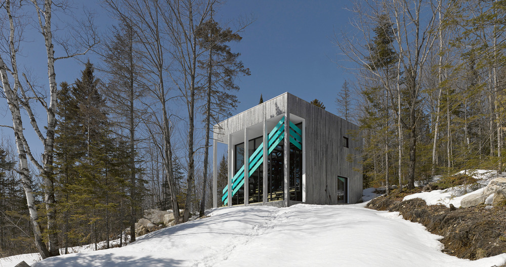 Montreal firm Architecturama has designed a unique cube house located in rural Quebec. The Canadian architects have designed a space with maximum functionality.