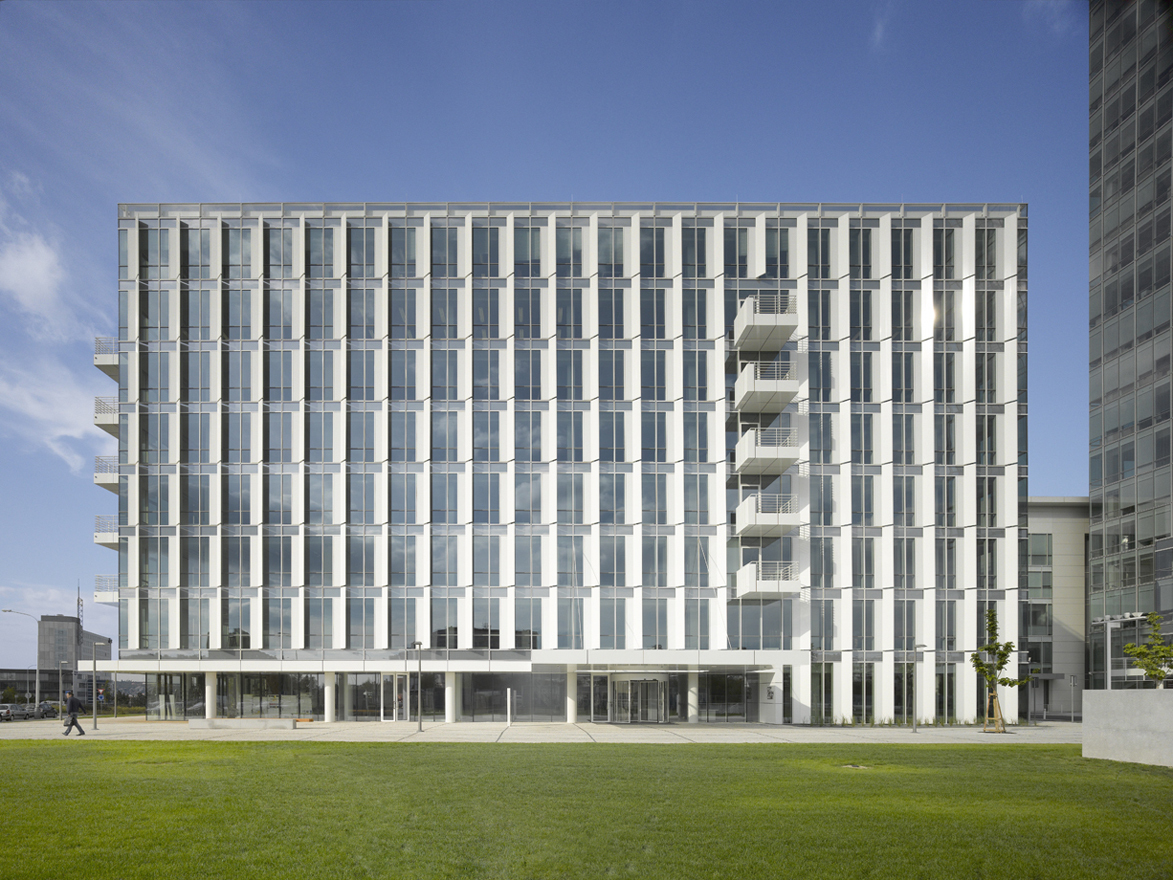 City Green Court South Elevation and Entrance - Copyright Roland Halbe