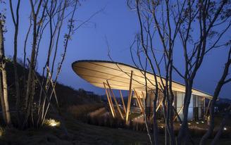 Bohlin Cywinski Jackson's Tsingtao Pearl Visitor Center Reintroduces Wood Construction in China