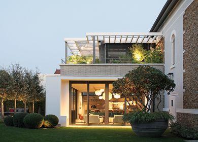 Modern extension of an old house near Paris