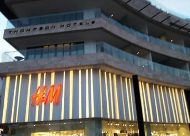 Facade H&M store in Playa del Carmen, MX.